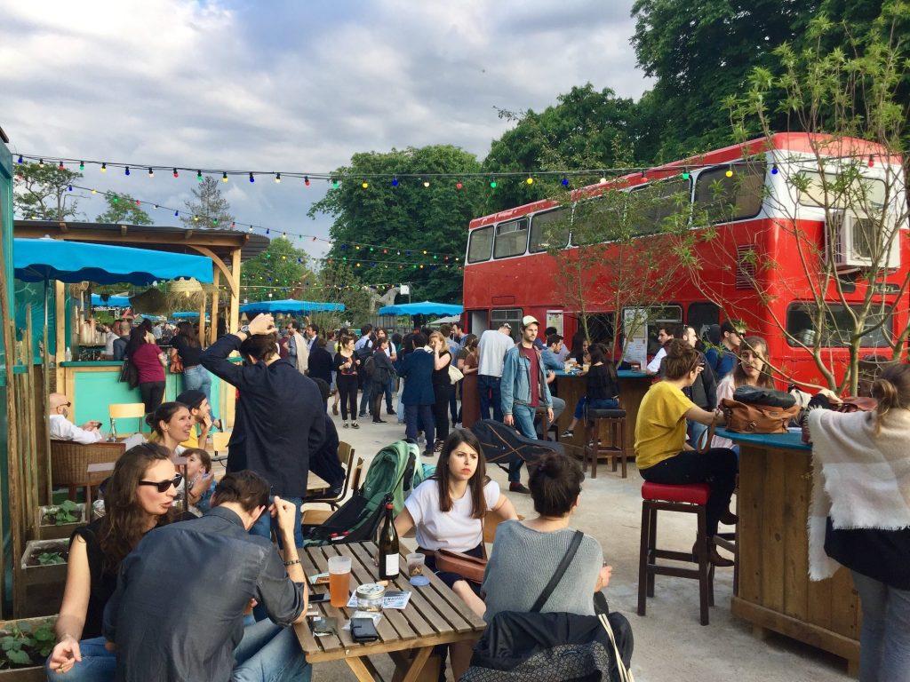 Au Poisson Lune, un bus Londonien investit la terrasse et vous propose de supers repas.